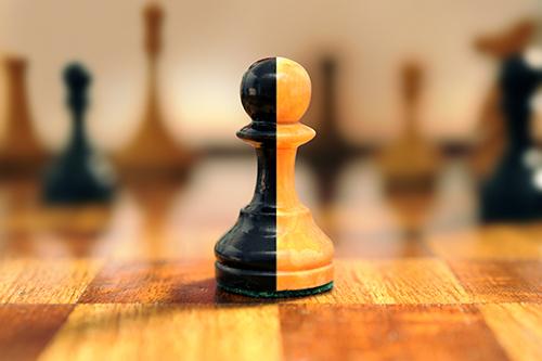 Swiss Risk & Care - prévoyance professionnelle - compromis ou compromission - pion bicolore sur un jeu d'échec