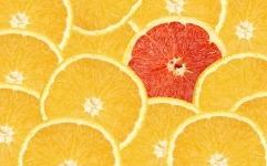 Une orange sanguine au milieu d'oranges blondes