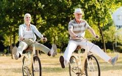 Swiss Risk & Care - Seniors sur un vélo - retraite