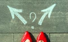Swiss Risk & Care - chaussures rouges devant plusieurs flèches